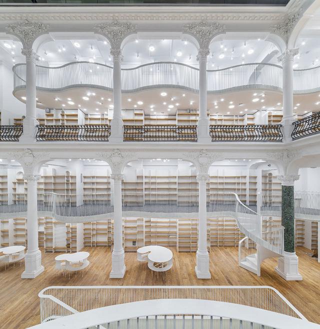 """A """"Cărtureşti carusel"""" névre keresztelt hat emeletes üzlethelyiségben több, mint 10.000 darab könyv, 5000 darab zenei album és DVD található."""