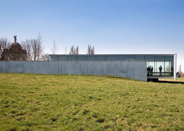 Akik látszóbetonból és üvegből tervezték meg a világ egyik legnagyobb háborús temetőjének látogatóközpontját Flandriában.