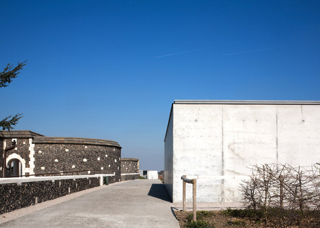 """""""Az út egyik oldalát szegélyező betonfal magassága például megegyezik a történelmi temető szemközti falával."""""""