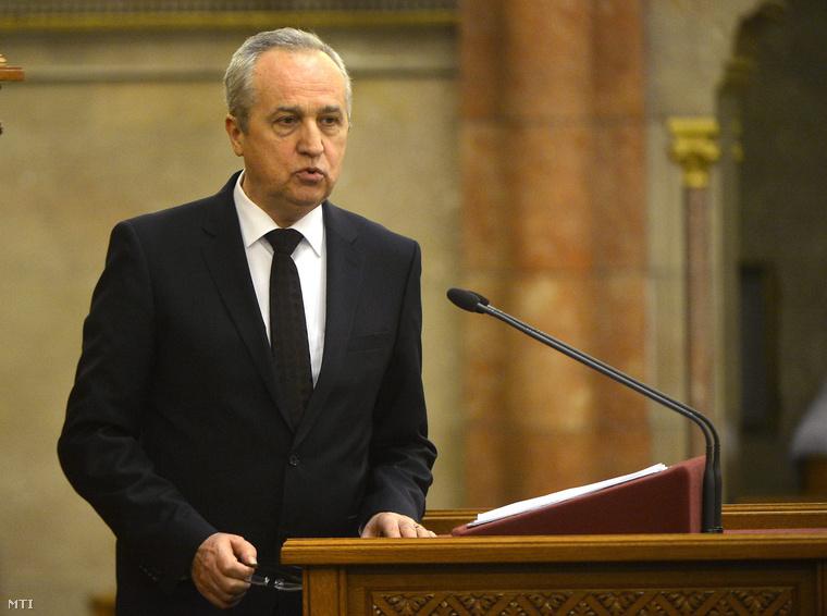 Kontrát Károly a Belügyminisztérium parlamenti államtitkára beszél a Magyarországnak nincs szüksége megélhetési bevándorlókra című vitanapon az Országgyűlés plenáris ülésén 2015. február 20-án.