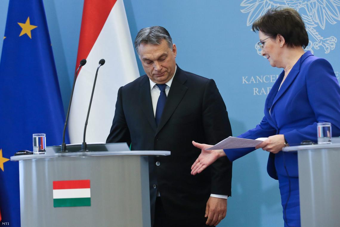Ewa Kopacz lengyel kormányfő (j) és Orbán Viktor Varsóban.