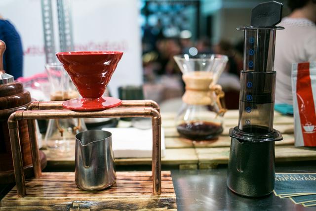 A fura szerkezetek kávéfőzők, balra egy filterkávé készítő, jobbra egy Aeropress látható.