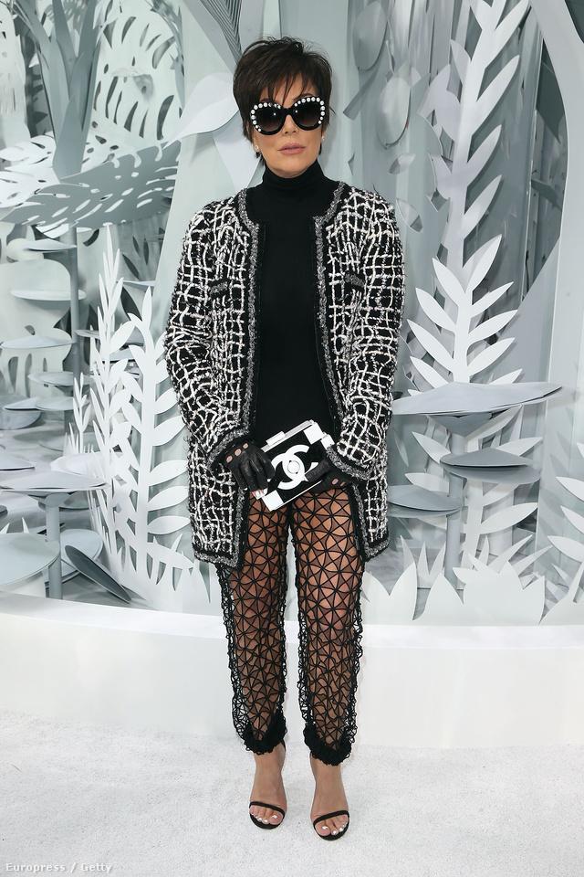 Kris Jenner tetőtől-talpig Chanelben érkezett a január végén megrendezett Chanel haute couture showra.