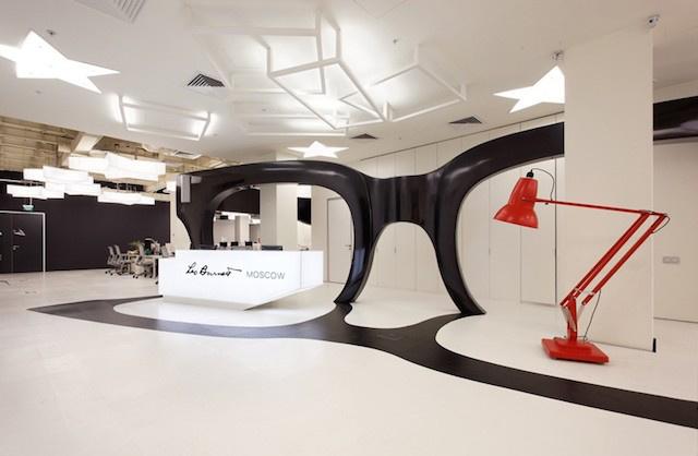 Az óriási szemüveg a padlón is visszatükröződik.