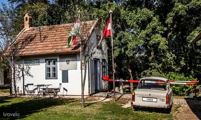 Magyar-osztrák határátkelő élethű mása a skanzenban