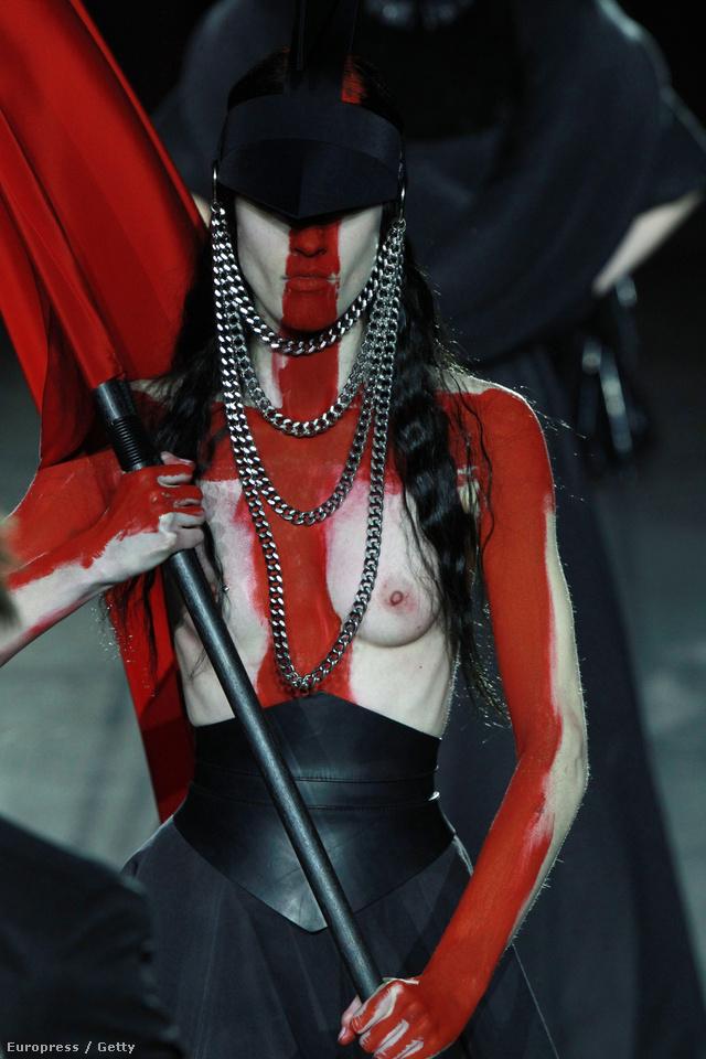 Gareth Pugh vörös keresztet festett a modellek arcára Londonban.