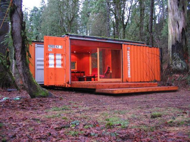 A Hybrid Architecture konténer otthona az erdő közepén.