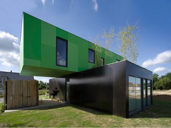 A smaragdzöld lebegő konténerházat a CG Architects tervezte Franciaországban.