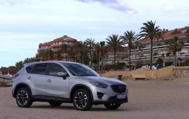 A CX-5-höz nem rendelhető a 145 lóerős alap-benzinmotor. Itt 160 lóerős a leggyengébb benzines kivitel és mindenféle motorhoz kapható összkerékhajtás