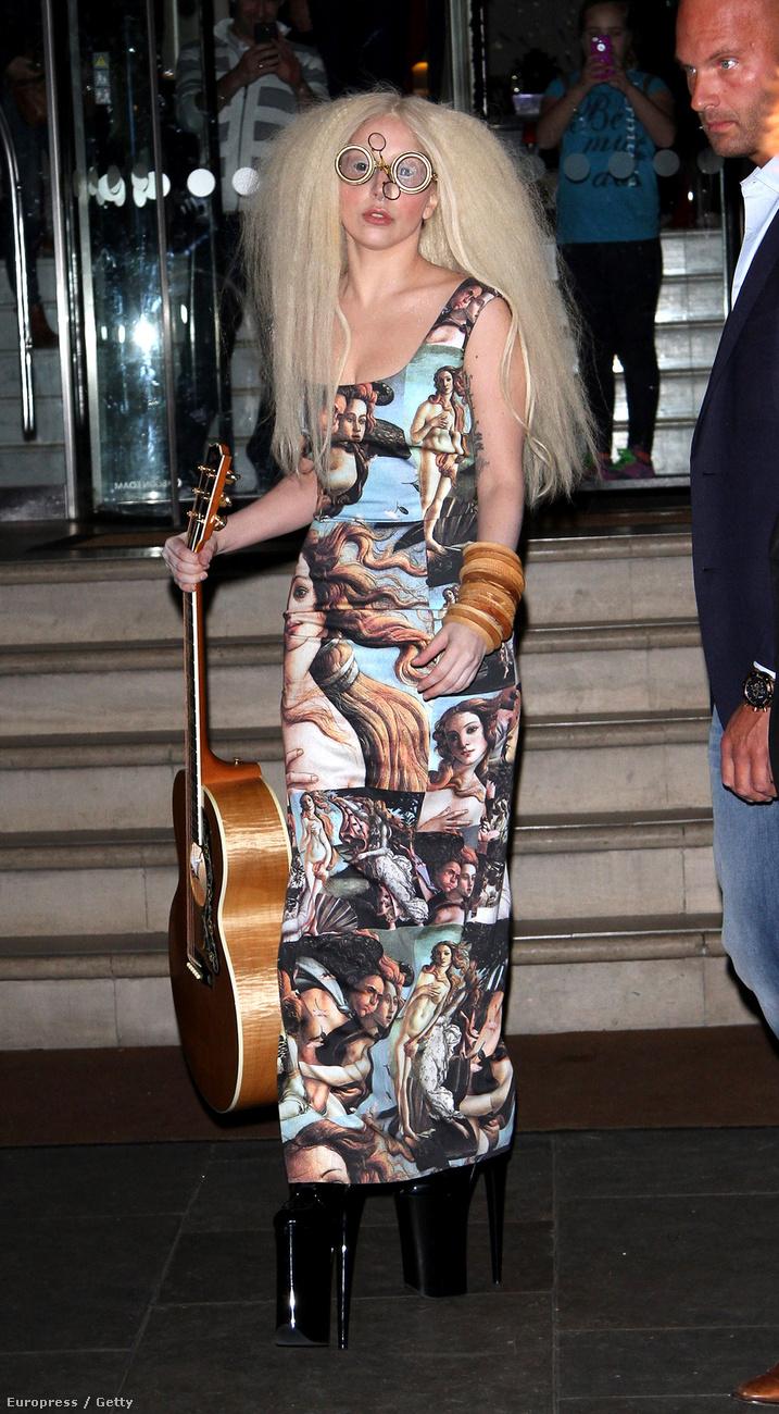 Nem azt állítjuk, hogy most már távol áll az énekesnőtől az extremitás, csak visszavett egy kicsit, ami jól áll neki