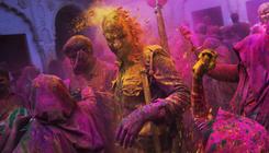 Színes porban táncolva várják a hinduk a tavaszt