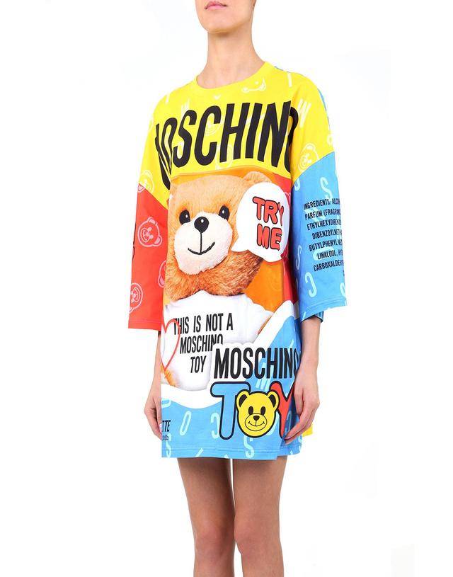 122.309 forintba fáj ez az óriási Moschino felirattal ellátott medvés pólóruha.
