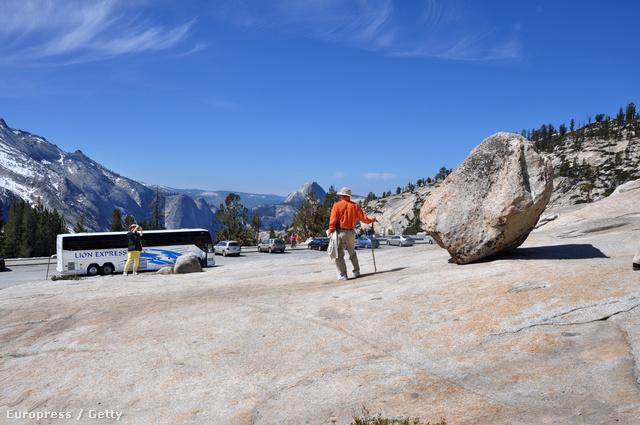 Égszínkék égbolt Yosemite felett