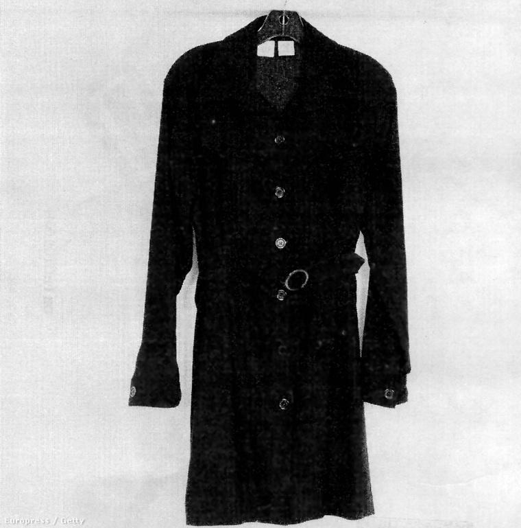 Sajnos csak fekete-fehérben, de itt látható az a bizonyos ruha nagyban