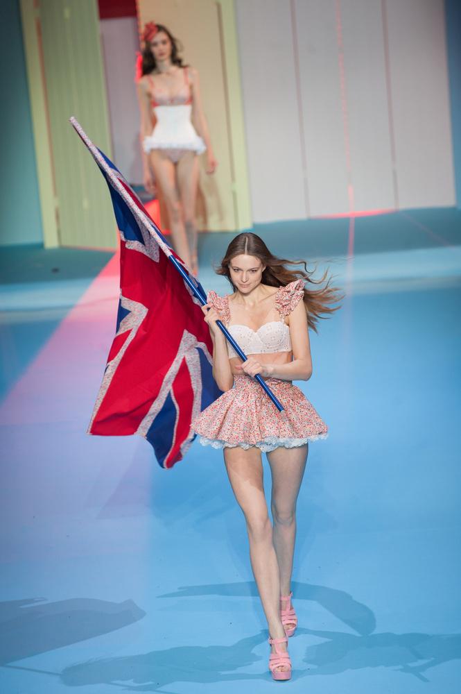 Kockázatos vállalás: brit zászló Párizs közepén.