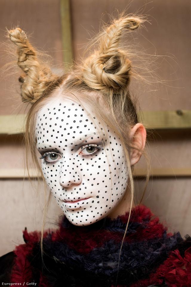 Abodi Dóra apró fekete pöttyökkel tette látványosabbá a modellek fehérre meszelt arcát.