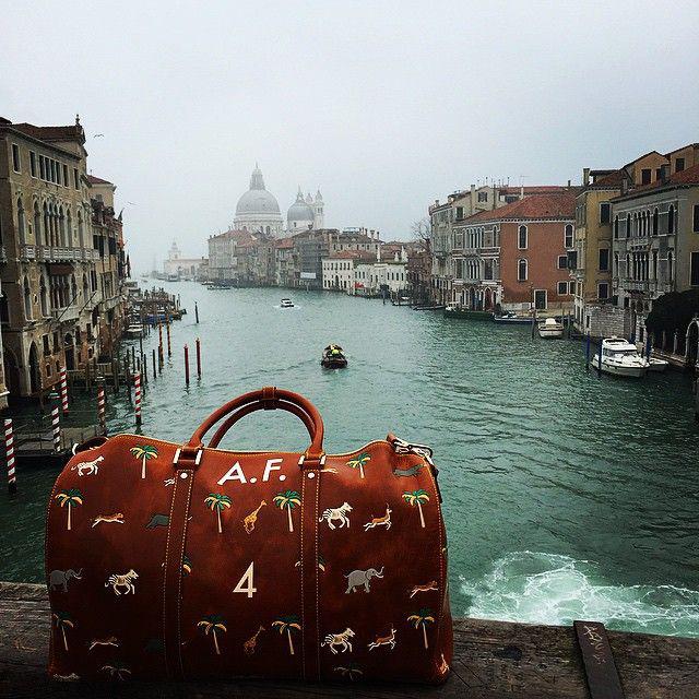 Az egyedi rendelésre készülő táskák 135.435-179.59 forint közötti összegen rendelhetőek meg.