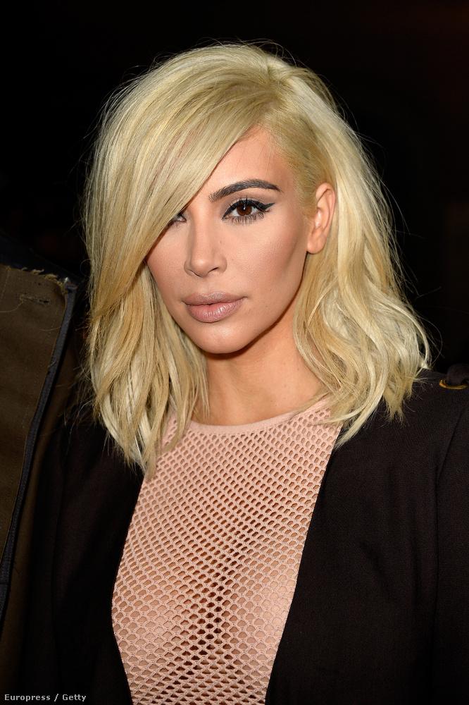 Kardashian a párizsi divathetet tisztelte meg sárga fejével