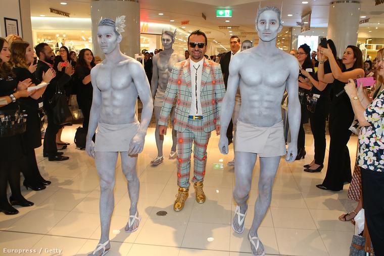 Brisbane-ben a férfi, akit úgy hívnak, hogy Napoleon Perdis, bevonul a David Jones Indooroopillyre, bármi is legyen az