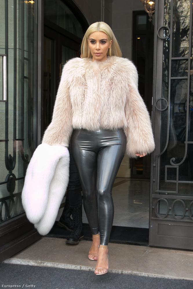 Kim Kardashian egy párizsi hotel előtt mutatkozott ebben az összeállításban, ami nem tudjuk, hogyan ment át a Kanye-szűrőn