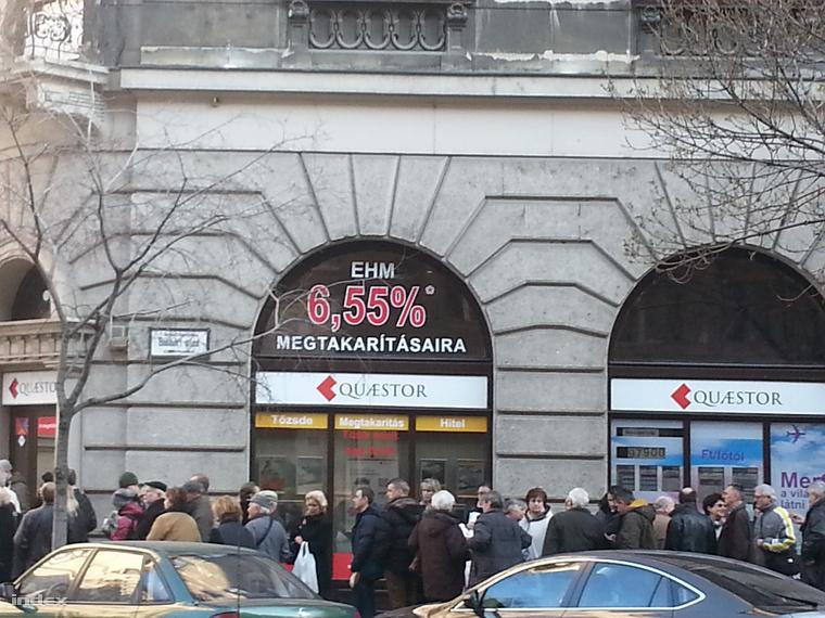 Kedden reggel kisebb sor állt a cég Báthori utcai irodája előtt.