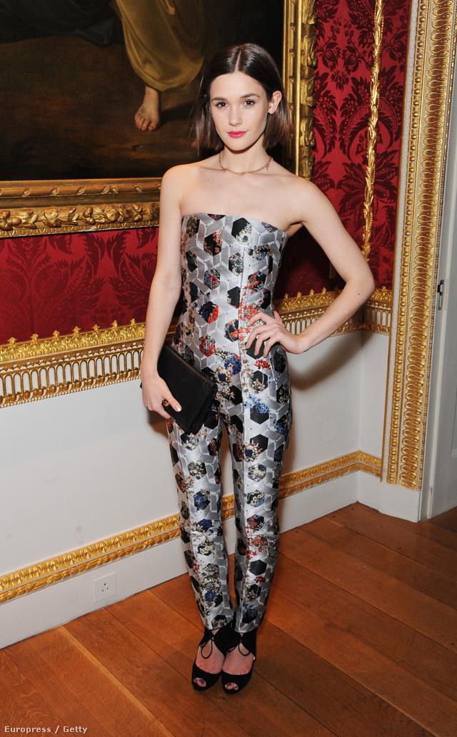 Sai Bennett a British Fashion Council londoni eseményén jelent meg ebben a trendi mintás kezeslábasban.