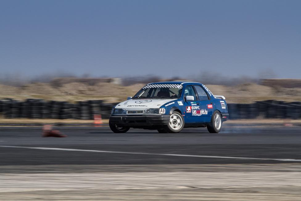 A Sierra szinte olyan jól kirakós, mint az E30-as BMW, azzal a különbséggel, hogy a sperrdifije nem ér semmit. De mindegy is, mert egy bizonyos teljesítményen túl a hegesztett difi bírja csak. Vagy a méregdrága verseny-differenciálmű. Nagy előnye, hogy aránylag olcsóbban építhető és még nem szúrja annyira a rend őreinek szemét. De ne kapassa el magát: a hátsókerék-hajtás és a kéziváltó kombinációja már lassan összeköt, nem szétválaszt. Kevesen vagyunk már és egyre kevesebben leszünk.