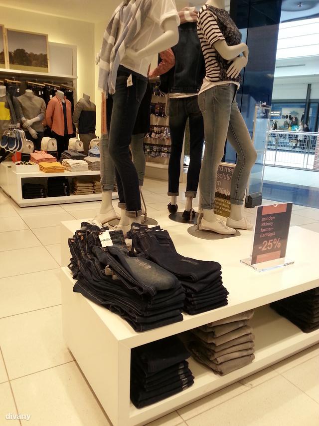 Gap: Szűk nadrágok amerre a szem ellát.