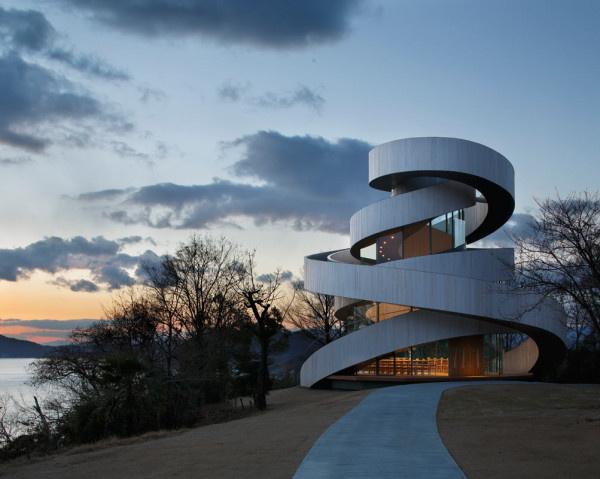 A fiatal építésznek, Hiroshi Nakamurának köszönhetően egy újabb álomesküvő helyszínnel lett gazdagabb Japán.