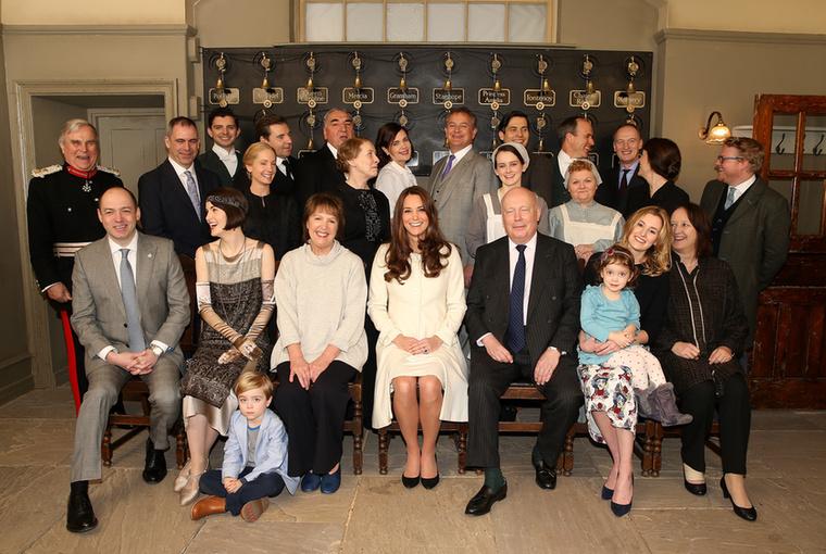 Katalin hercegnét szépen leültették a Downton Abbey stábjához egy közös fotóra