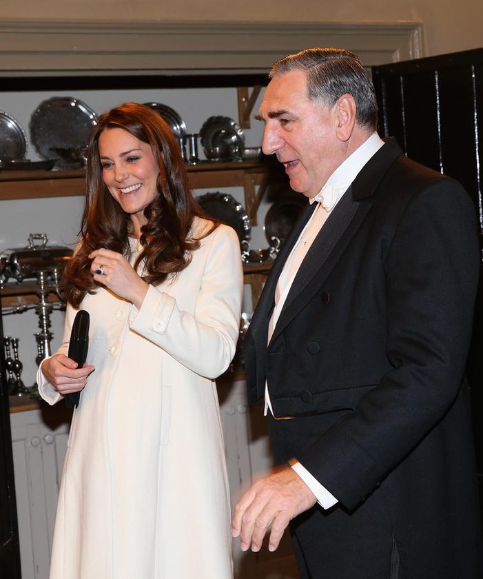 A hercegné itt már a komornyikkal, Carsonnal (Jim Carter) tekinti meg a szolgálók helyiségeit
