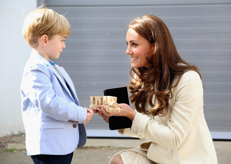 A hároméves gyerekszínész és Katalin hercegné egy favonattal, a színész küldi ezt György hercegnek.