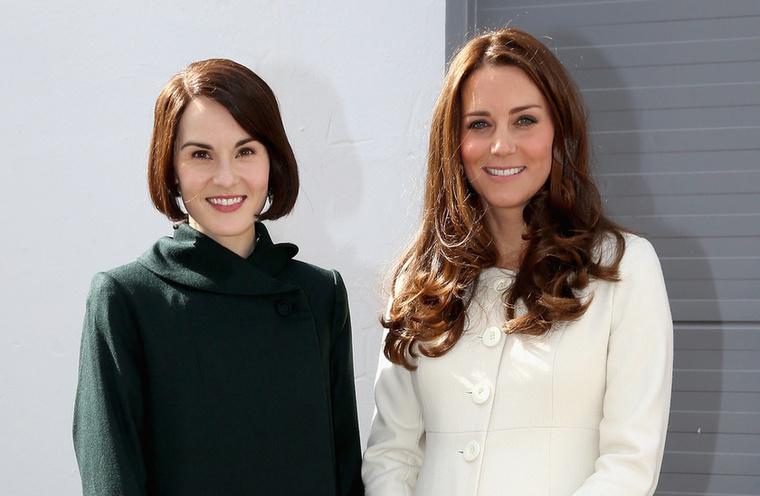 Lady Mary Crawley és Katalin hercegné mosolyognak együtt  a kamerába
