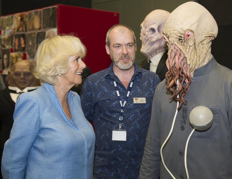 A galéria legjobb fotója, a Doctor Who jelmezét bámulja Kamilla hercegné.