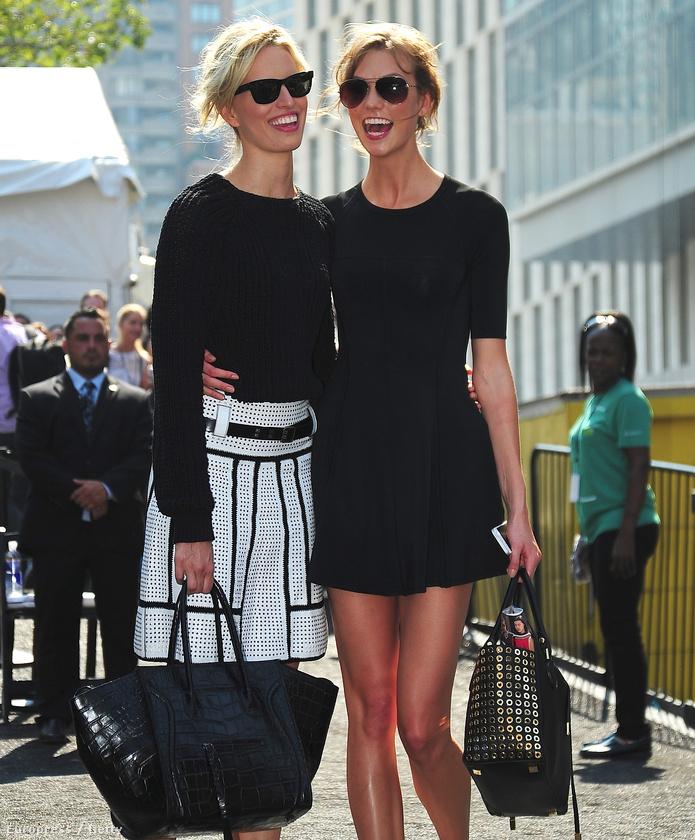 A bal oldalon Karolina Kurkova, a jobbon pedig Karlie Kloss mosolyog