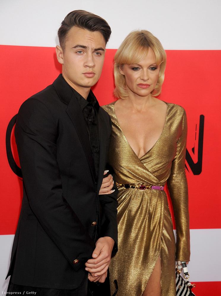 Pamela Andersonpedig úgy tűnt, hogy inkább máshol lenne, nem pedig a vörös szőnyegen.