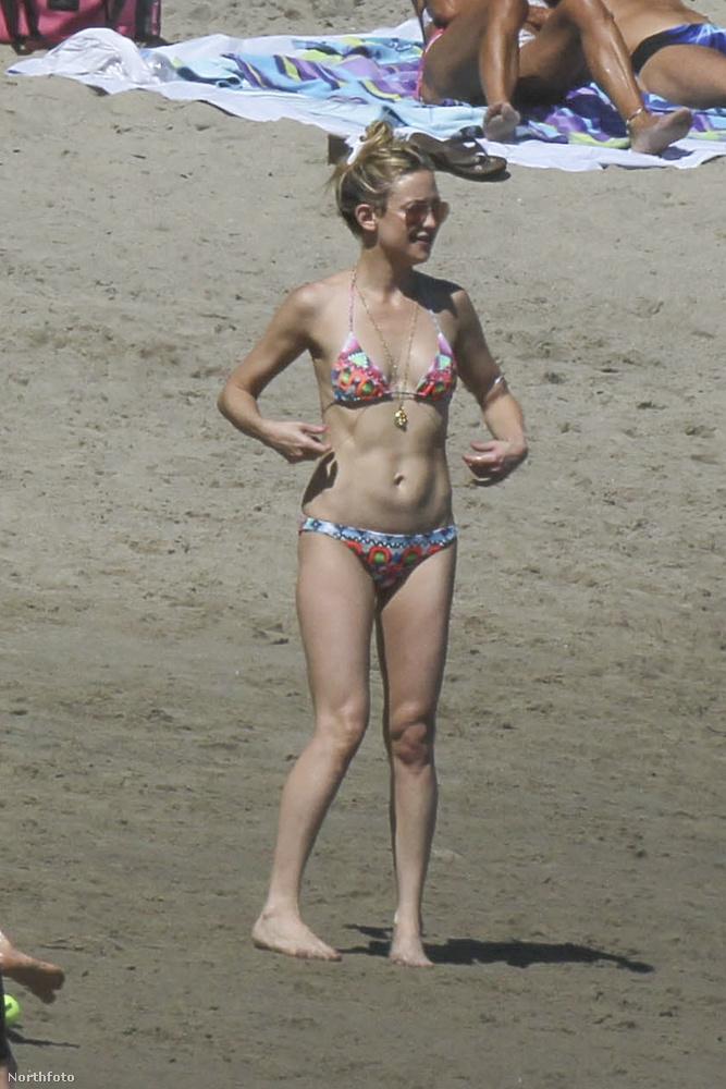 Malibuban fotózták le a bikinis színésznőt