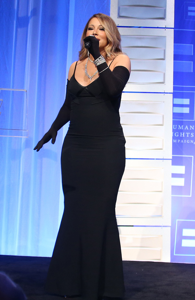 Mariah Carey egy jótékonysági gálán lépett színpadra, egy meglehetősen előnytelen estélyiben