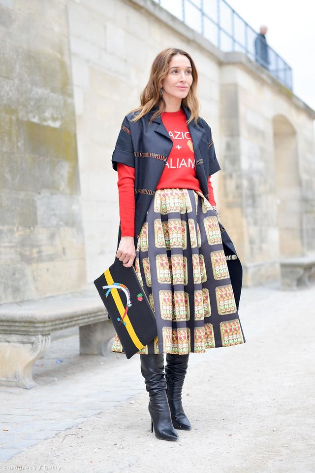 Tiany Kirloff egy An Italian Theory felsőt és szoknyát viselt Párizsban, amit egy Halaby clutch táskával dobott fel.