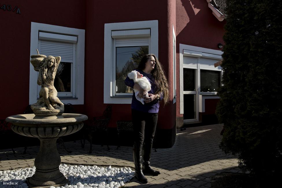 """Az 51 éves Pup Éva Belgiumban él, évente többször hazalátogat székesfehérvári otthonába, ahol a középső fia lakik a családjával. """"Nyolc-tíz éve már, hogy valamit kerestem az eBay-en - akkor még nem is tudtam, hogy léteznek ilyen babák –, és megpillantottam Mónikát. A jó isten velem volt akkor, az biztos"""" - mesél az első élethű babájáról. """"Először csak óvatosan, részletfizetésre vettem a babákat, de aztán a szüleim elhunytak, és az egész örökségemet a babákra költöttem. Volt olyan, amikor százötvennél is többen voltak. A volt férjem eleinte ellene volt, pszichopatának nevezett, de aztán azt mondta, ha örömömet lelem benne, akkor miért ne. Kiállításom is volt Fehérváron, hatalmas sikerrel""""."""