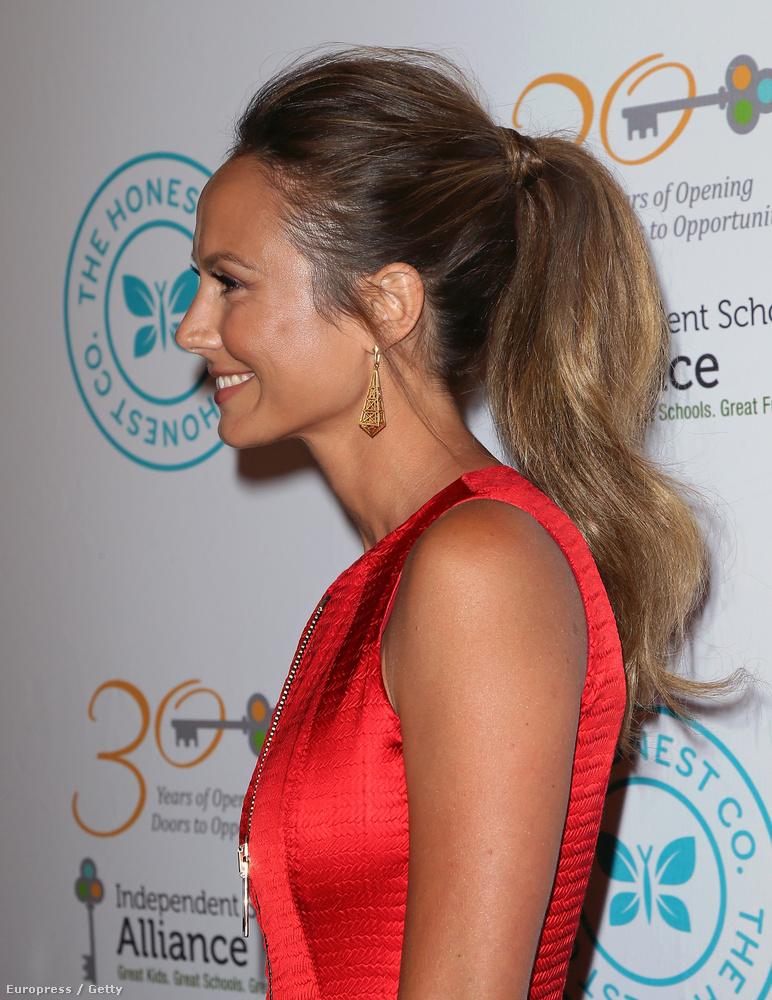 Viszont hunyorítva legalább egy kicsit hasonlít Jennifer Lopezre.