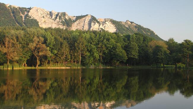 A Lak-völgyi tó Bélapátfalva kimart hegyével is az Országos Kéktúra része