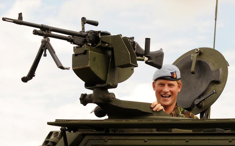Harry amúgy jól láthatóan szereti a fegyvereket.