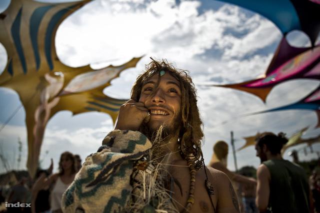 Ajpek Orsolya a Művészet – műalkotás vagy művészeti tevékenység ábrázolása, fotóriporteri eszközökkel (sorozat) mezőnyében végzett harmadik helyen Neohippi törzs járta táncát Nógrádban című sorozatával.
