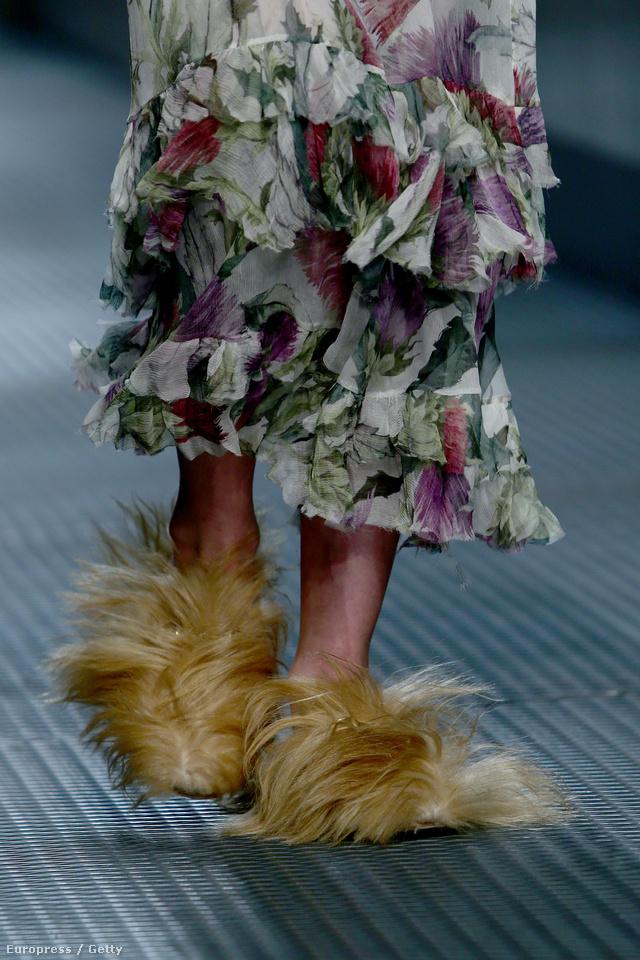 A Gucci új kreatív igazgatója,Alessandro Michele is ilyen pom-pom szerű lábbelikben látott fantáziát.
