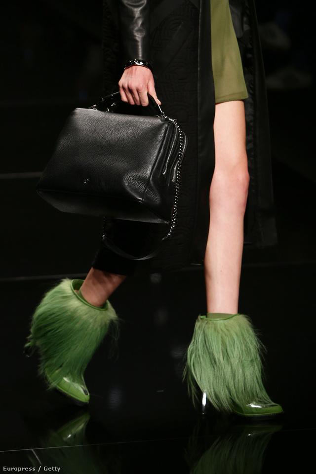 Hosszú zöld szőrök lógtak az Aigner bokacsizmáiról Milánóban.