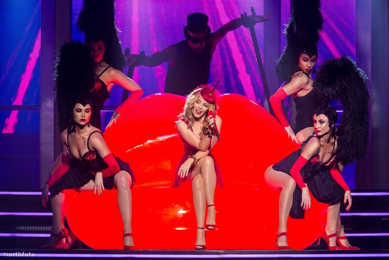 Turnéja címéhez igazodva természetesen egy bazinagy csókos szájat helyeztek el a színpadon