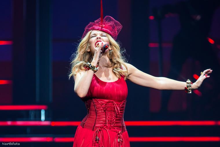 Bizony, Kylie Minogue 46 éves, sőt egy hónap múlva a 47-et is betölti, de ez sehol nem látszódik rajta.