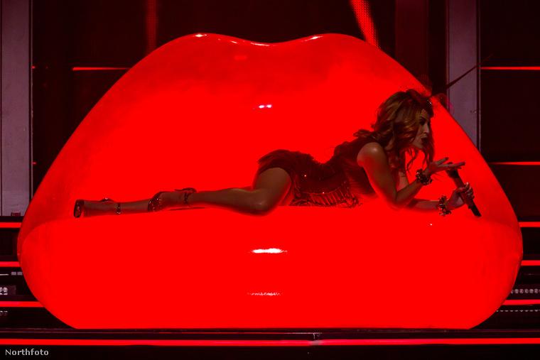 Az ausztrál énekesnő a Kiss Me Once turnájának Melbourne-i állomásán mutatta meg, hogy 46 évesen is eszeveszettül jól néz ki, és jobban néz ki egy semmi kis ruhában, mint bármelyik húszéves kislány.