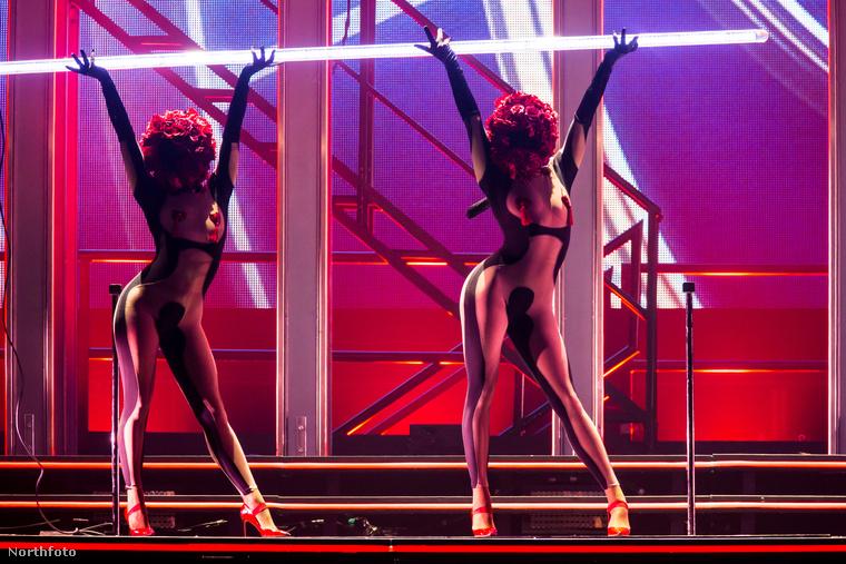 Ezek közül a bimbótapaszos, pánt nélküli bugyis nők közül sajnos egyik sem Kylie Minogue